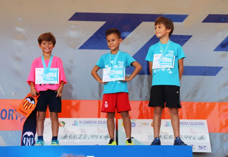 Podio de la carrera en categoría alevín. Adrián (3º), Matías (1º) y Francesc (2º)