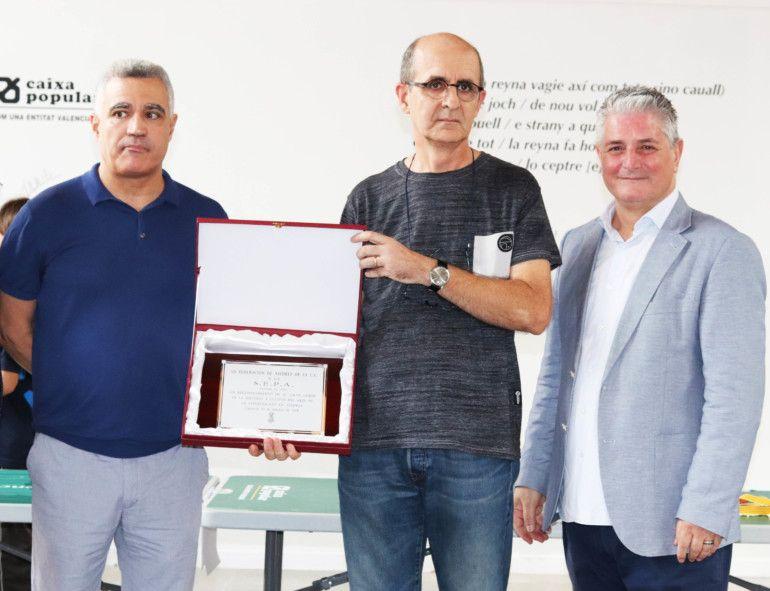Imanol Zurutuza (Secretario de la SEPA) recoge el merecido galardón a la sociedad problemística. (Foto: Celia Dubal)