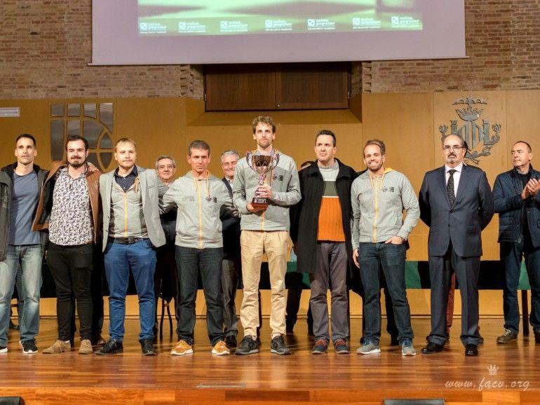 El equipo con la copa que les acredita como Campeón Autonómico.