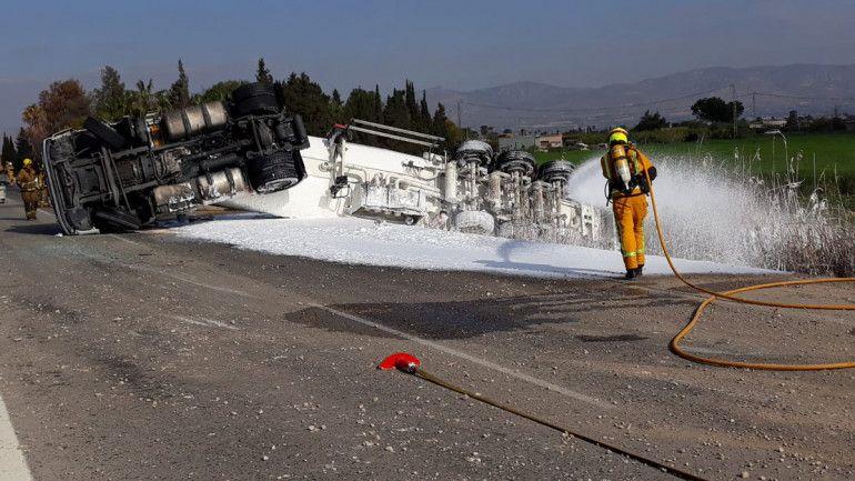 Cortada la AP-7 en Alicante al volcar un camión cisterna, con fuga de gasoil