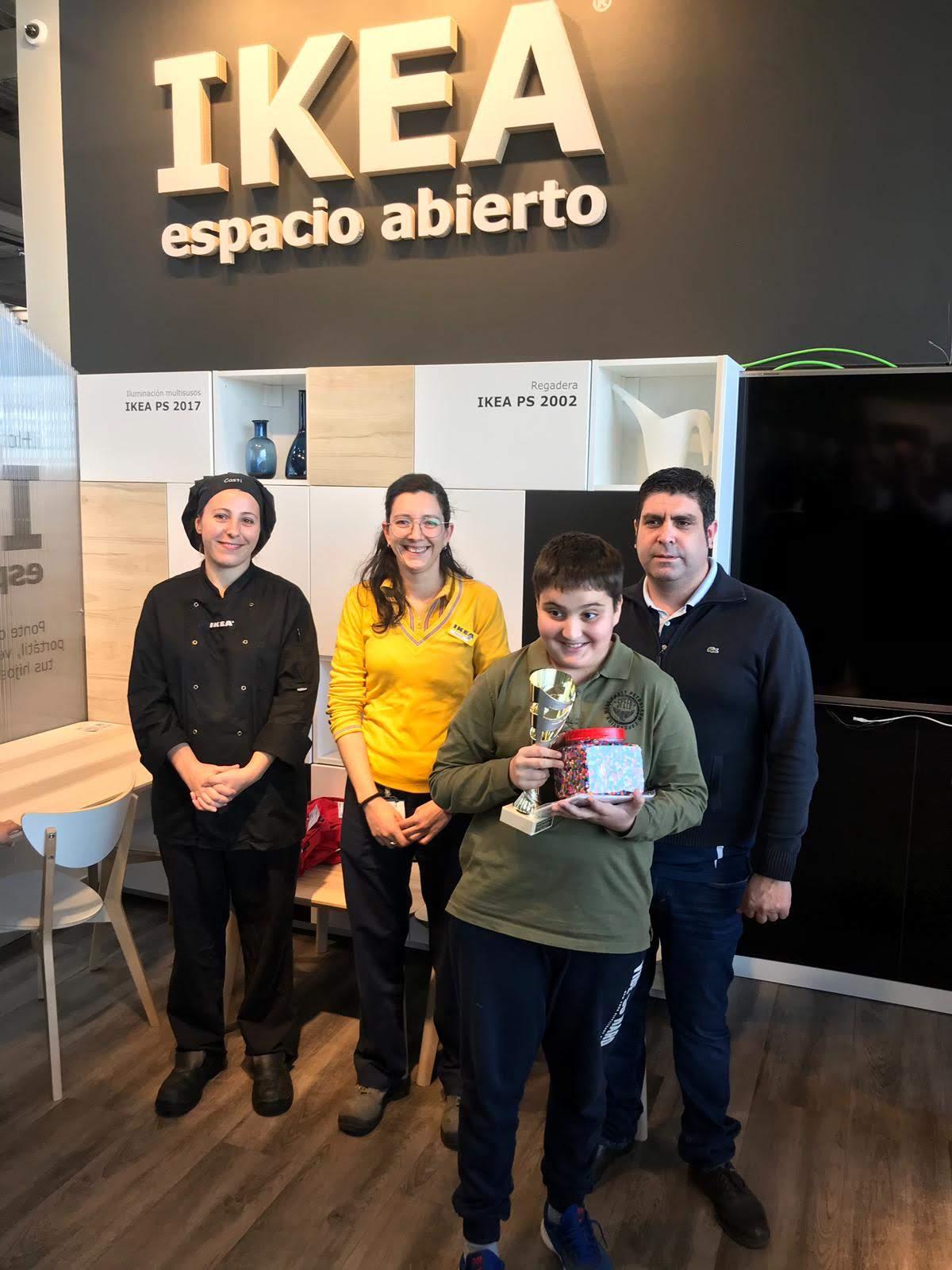 Artem Gukasov del CD Basilio recibiendo el regalo de Ikea y la copa de 1º Clasificado Sub-12.