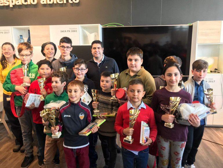 Todos los premiados del torneo junto a Román Beltrán y los representantes de Ikea