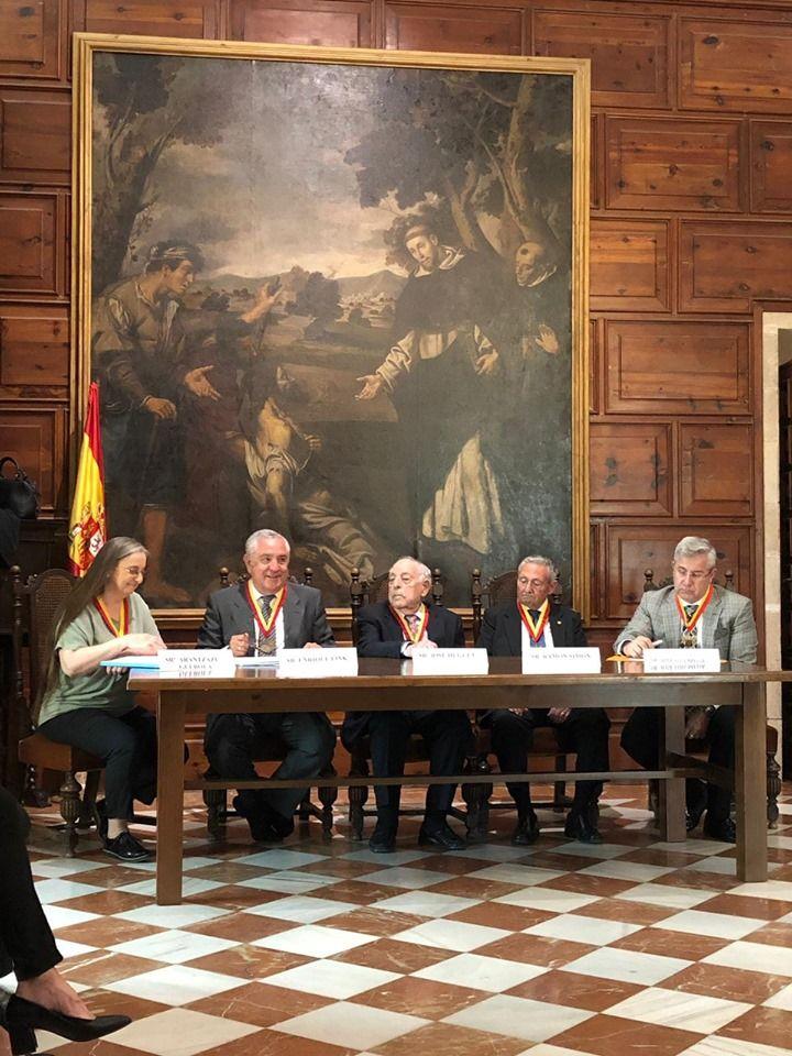 En la foto de izquierda a derecha la Secretaria Dª. Aránzazu Guerola, el Presidente D. Enrique Fink, el Presidente Honorario D. José Huguet, el Vicepresidente D. Ramón Simón y el Tesorero D. José Luis Meliá.