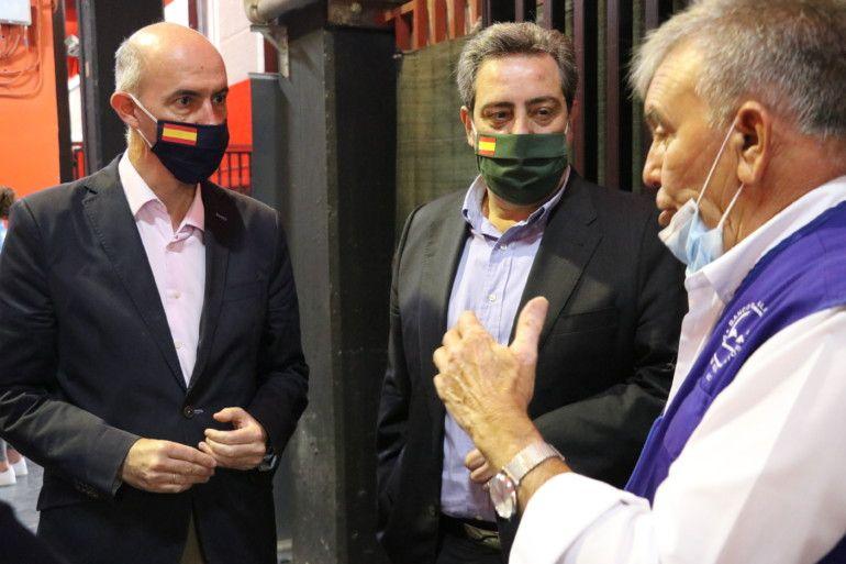 Pepe Gosálbez y José María Llanos con Jaime Serra, presidente del Banco de Alimentos