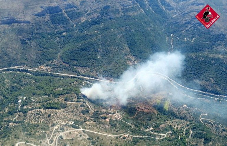 Medios aéreos y terrestres trabajan en la extinción de un incendio en la Vall de Laguar