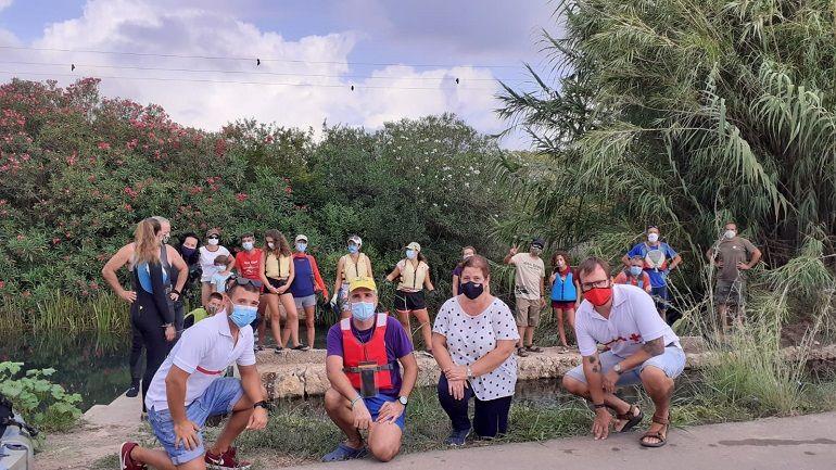 Foto de grupo de los participantes en la limpieza organizada por ADENSVA y Cruz Roja