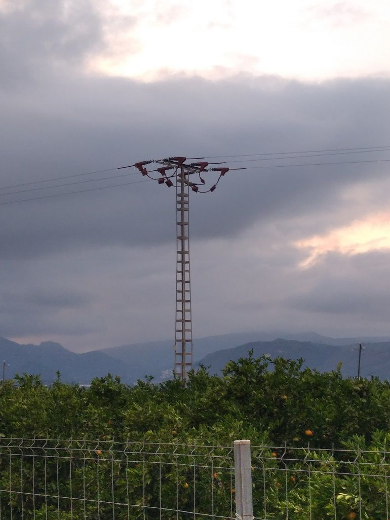 Apoyo eléctrico con protección para la avifauna en la entrada de Pego